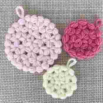 星やお花のような編み目に仕上がるリフ編みは、トルコの伝統的な編み方の1つです。 ふっくらとした仕上がりになるので、アクリルたわしにもピッタリですね。