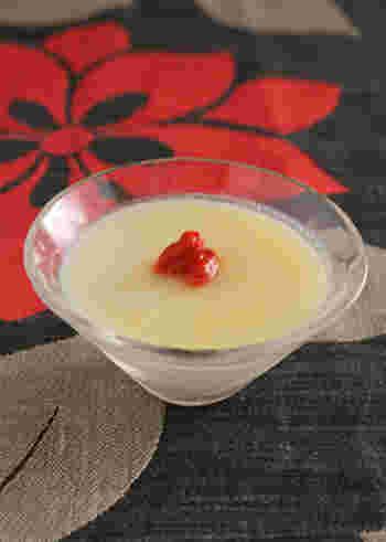 デザートは冬でも冷たいものがメニューにマッチすることが多いもの。そんなときこそ、ショウガの働きで食べた後も体がぽかぽかするようなひんやりデザートをチョイスしてみてはいかが?  こちらは、ショウガ入り杏仁豆腐のレシピ。杏仁豆腐だけでなく、仕上げにもジンジャーシロップをかけるショウガ尽くしのスイーツ♪