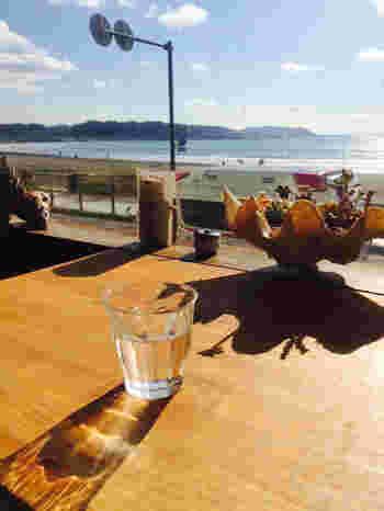 ストーリーの中で次女が年下の彼と食事をしていたカフェは、由比ヶ浜を臨む場所にあります。  店名の「麻心」にもある通り、メニューの中心は麻の実を取り入れた自然食ですが、湘南と言えば有名な地元のしらすを使った「しらす丼」も味わえます。