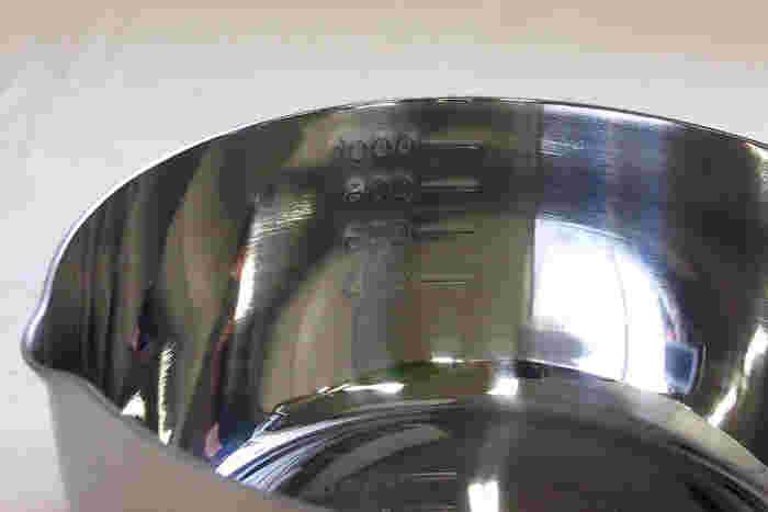鍋の内側にメモリが記されているので軽量カップ要らず。注ぎ口が従来の角度よりわずかに手前にずらしてあるなど、細かなところまで使い手に優しい心づかいが見られるお鍋です。