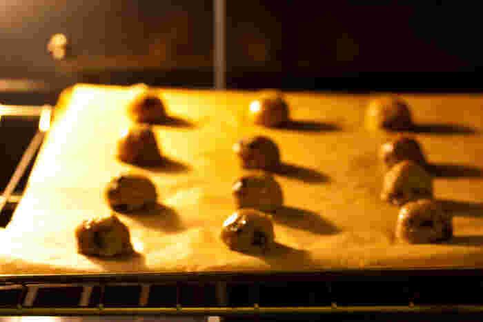 """レシピを見ると""""オーブンを○○度に予熱して""""とありますよね。予熱の温度は、トレーを出し入れするときにオーブン内の温度が下がってしまうため、記載よりも少しだけ高めに設定しておくのがポイント。"""