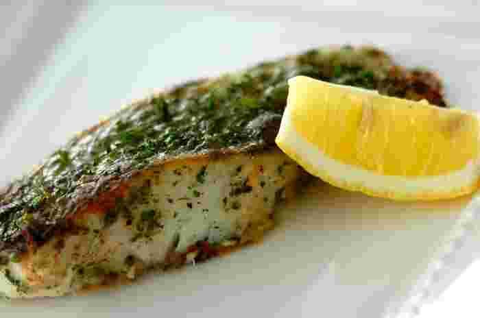 白身魚をバターで焼いたシンプルなムニエルを、パセリを贅沢に使ってさらに美味しくアレンジした「白身魚の香草ムニエル」。短時間で手早く作れるので、忙しい時にも重宝する一品です。レモンをぎゅっと絞って召し上がれ♪