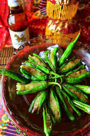 ピリッとした辛さがお酒に合うししとうに、アンチョビポテトを詰めたおつまみは、見た目のインパクトもあって、人がたくさん集まるホームパーティでも喜ばれそう♪ タイ風の味付けと指でつまんで食べられる手軽さで、ビールがすすみます。