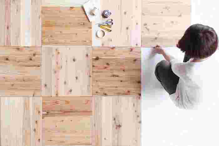 裸足で暮らしても気持ちのいい木の床。そんな暮らしも物件探しが難しくて諦めていませんか? 条件に合う住まいを探すのではなく、自分で作ることが出来たら素敵ですよね! そんな作る「ワクワク」を提供してくれる、材木屋さん「森の学校」と、簡単DIYの味方「ユカハリ・タイル」をご紹介します。お気に入りの床を持って引っ越しする……そんなライフスタイルを実現してみましょう!