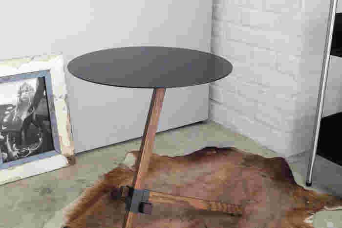 """スタイリッシュな中にも""""日本らしさ""""をアクセントとして取り入れたデザインを発信しているDUENDE(デュエンデ)のサイドテーブル「TRE(トレ)」は、スチールとオーク材を組み合わせた、アートな雰囲気漂うアイテム。"""
