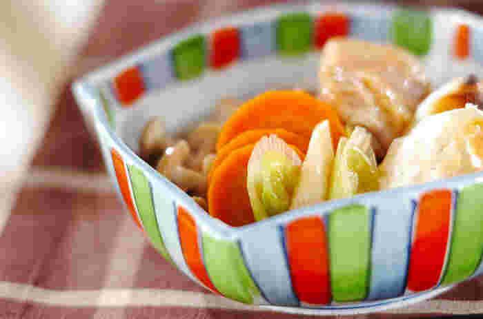 お次は温かい煮物が出てきます。 煮物はやってはいけない動作を覚えておきましょう。  ・かじったものを器に戻さない ・大きい具材を一口で頬張らない ・箸を突き刺して食べない  お箸で切りにくいタケノコやしいたけは要注意です。 里芋は小さく切り分けるとすべりにくいですよ♪