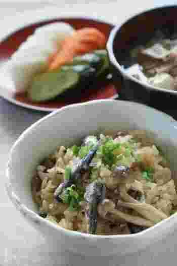 オイルサーディンの炊き込みご飯は、ごはんにうま味と塩味が染み込んで、簡単なのに美味しくいただけます。