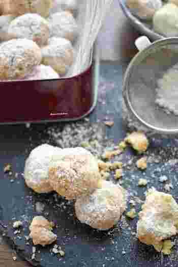 アーモンドプードル、薄力粉、バター、砂糖、粉砂糖で作る、口溶けがサクッ、ホロッとするスノーボール。手軽に口溶けの良いお菓子を作れますが、気をつけたいポイントは、生地を丸めた大きさにより、焼き時間が変わるので、焼く際に様子を見ながら調整すると、好みの大きさでスノーボールが作れます。