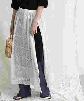 ひもで結んで履くラップスカートなので、サイドには大きめのスリットが入ります。パンツに合わせるのはもちろん、薄手のスカートをもう一枚重ねるのも可愛いですよ。
