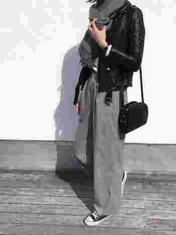 ハードなイメージのライダースジャケットも、上品なチェックパンツでやわらかい印象に。グレーのマフラーと白トップスの爽やかな配色も、大人っぽくておしゃれな雰囲気ですね。着こなしの洗練度を上げるシンプル&上質なバッグもポイント。