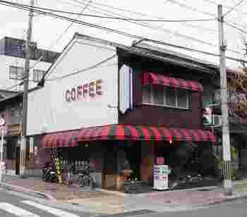 ピンクと黒のストライプの屋根、「チロル」の看板が可愛いです。 いつもの街角にたたずむ雰囲気が人気の秘訣。