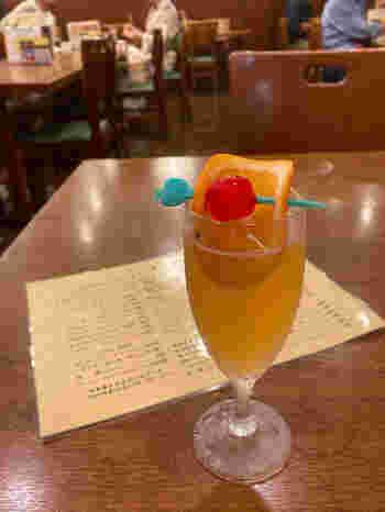 「電気ブランサワー」は、レモンの風味がプラスされて飲みやすいカクテルです。昔ながらの食堂といった気取り過ぎない雰囲気の中で、ゆっくりと味わいましょう。