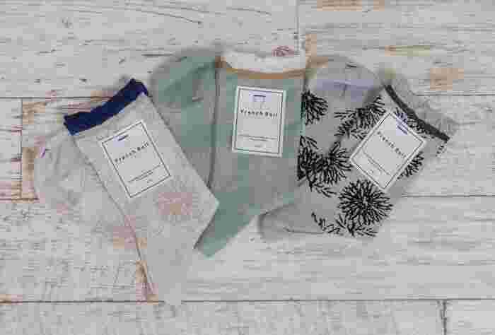 細い綿糸で編み立てた薄手のソックス。手描きっぽいタッチで描かれたダリアの花がとってもステキ。履き口は緩く編まれているので締め付け感がなく、優しい履き心地です。