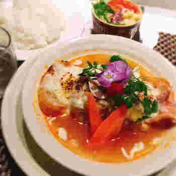 パスタやカレー、煮込み料理など本格的なメニューが並ぶなか、ぜひ食べてみたいのは「ロールキャベツグラタン風」。透き通ったトマトスープに、大ぶりのロールキャベツとバゲットが入っています。トマトとホワイトソースがミックスされていて、あっさりさと豊かなコクのバランスが絶妙です。