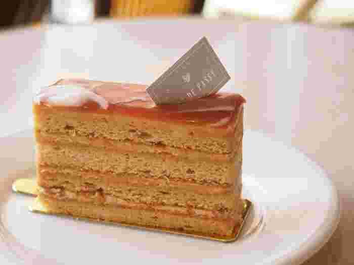 オーナーパティシエの長島正樹(ながしままさき)さんの代表作「キャラメルサレ」も忘れずに!リュードパッシーさんを代表するケーキです。とにかくキャラメルが濃厚。フランスで作られた塩を含んだキャラメルクリームが、キャラメルの甘さを引き立てます。見た目もキラキラしていて、とっても素敵♪