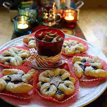 サンタクロースの故郷と言われるフィンランドでは、アメリカ同様、特定のクリスマスケーキを食べるという習慣は無いのだそうです。フィンランドのクリスマスシーズンに食べるお菓子といえば、星の形を現したパイ菓子Joulutorttu(ヨウルトルットゥ)がポピュラー。正方形のパイ生地の真ん中にプルーンなどの酸味のきいたジャムを絞り、周囲から切り込みを入れ作ります。白ワインと一緒に頂けば、北欧のクリスマス気分を味わえますね。形も星形なので、クリスマスにぴったりです!