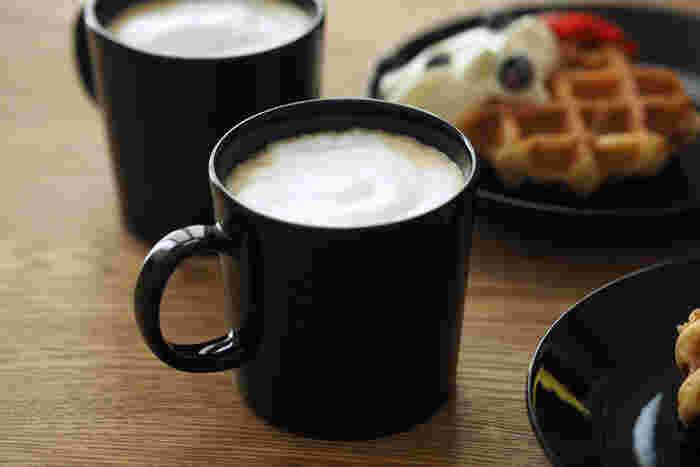 黒いマグカップはちょっとマニッシュでカッコいい。ラテを入れれば、何だかおしゃれでお店で出されるような雰囲気があります。