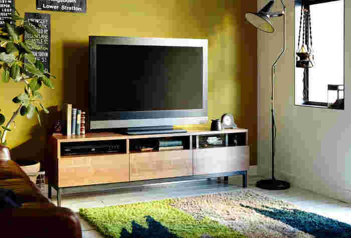 大きな面積と存在感があるテレビだから、TVボードでお部屋のイメージはガラリと変わります。配線やプレイヤーなどはスッキリと隠しつつ、自分のイメージするお部屋作りのアイテムを上手に飾って素敵なリビング作りを実現しましょう。