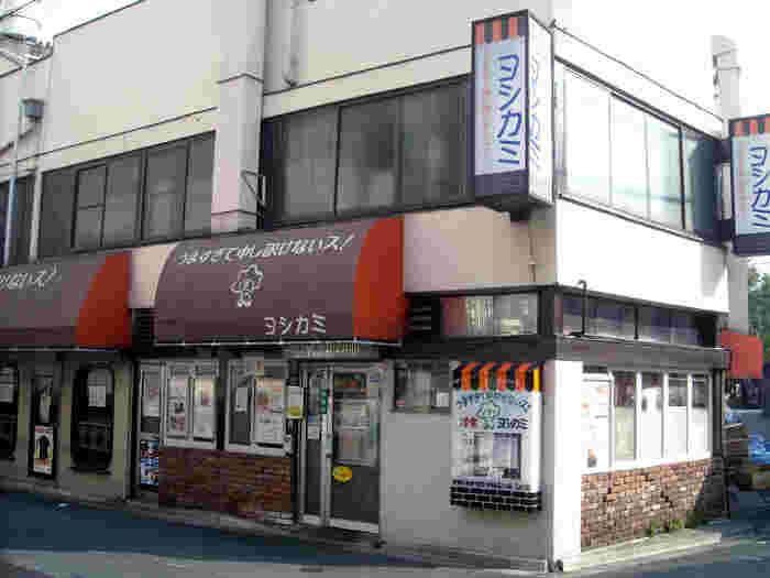 """伝法院のほど近くにある「ヨシカミ」は、昭和26年(1951年)から続く昔ながらの洋食レストラン。看板の書かれた""""うますぎて申し訳けないス!""""をご存知の方も多いのでは?このキャッチフレーズを掲げた看板を目印にお店を探してみてくださいね。"""
