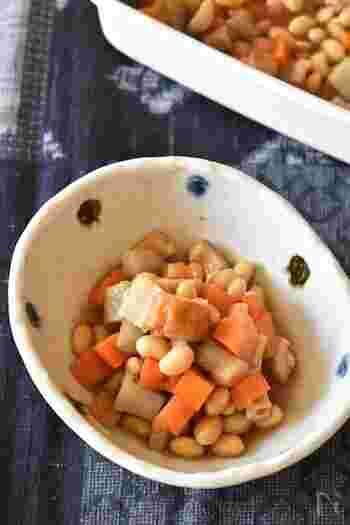 ごぼうの素朴なうま味がしみ込み、もっちりとした大豆の食感も美味しく、にんじんが入り彩りも良いうま煮。冷凍保存も可能なのでたっぷり作って冷凍しておけば、お弁当のおかずや朝食に活躍してくれます。
