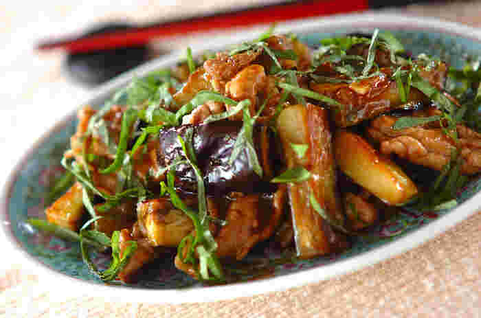豚こまとナスの相性抜群な組み合わせをオイスターソースで中華風に炒めた、みんな大好きレシピです。 白いご飯にも、もちろんビールにもぴったり!