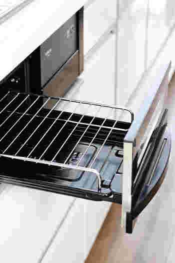 グリルといえば、こびりついてお手入れが大変なイメージがありますよね。調理前に網の部分にサラダ油を塗っておくひと手間が大切です。 また、余熱しておくことで食材がこびりつきにくくなります。