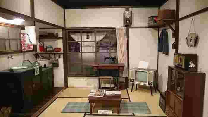 """【「下町風俗資料館」は、「不忍池」の畔に建つ、明治、大正、昭和期の""""古き良き下町文化""""を伝えるための資料館。館内には、駄菓子屋や銭湯、商家や長屋など、東京下町の街並みが細やかに再現されている。訪れれば、当時のゆったりとした暮らしぶりや、下町風情を体感することが出来る。】"""