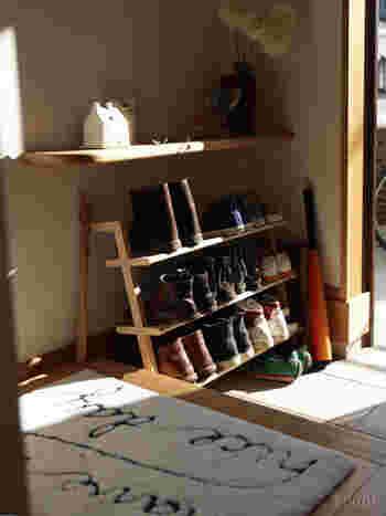 玄関にまだスペースの余裕があるのなら、出して置けるシューズラックで魅せる収納をするのも方法。毎日使いのスタメンたちを重ねて収納できるからスッキリ。風通しも良く、湿気が溜まらないのも良いですね。