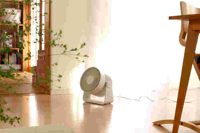 まどなおさんが扇風機のサブ機として使っている無印良品の「サーキュレーター」。部屋の空気を循環させたり、部屋干しのときにも大活躍しているそう。弱~強の3段階で低騒音運転なので使用中も静か。朝から夜まで時間帯を気にせず使用できそうです。