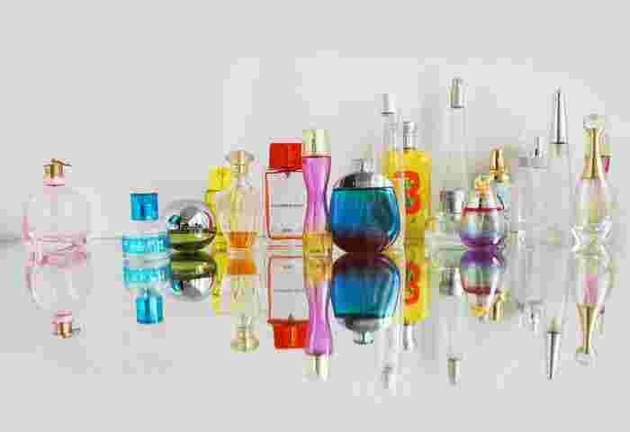 香水瓶には大きく分けて【スプレータイプ】と【ボトルタイプ】があります。移し替えずそのまま持ち歩きたいのであれば、小ぶりなサイズのスプレータイプが便利ですね。逆にボトルタイプだとアトマイザーに移し替えたり、希釈して使用する際に重宝します。