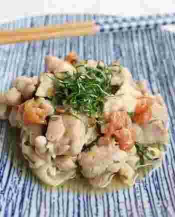疲れている時や、風邪っぽい日、夏の暑い時期などにおすすめなのが、こちらのレシピです。鶏もも肉を美味しくしている要は、はちみつ梅とめんつゆ。清涼感のある大葉がアクセントとなって、口当たりよく栄養補給ができます。