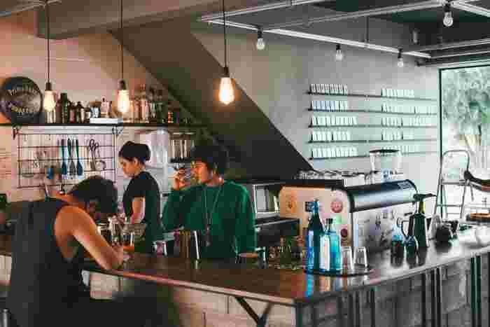 「日本では中々バーにはいかないよ」という方も、いいチャンスです。海外旅行では、是非カフェやバーなど人が集まる場所に繰り出してみてください。お友達と行くもよし、一人で行くもよし。一人で訪れた場合は、カウンター席がおすすめですよ。バーのマスターや、同じように一人で訪れた方と出会えるいい機会になりますよ。