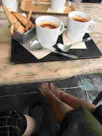 カフェのテラスには足湯があり、軽食やスイーツ、お茶をいただきながら足湯につかることもできます。足先からじんわり温まって、身も心も癒されますよ。
