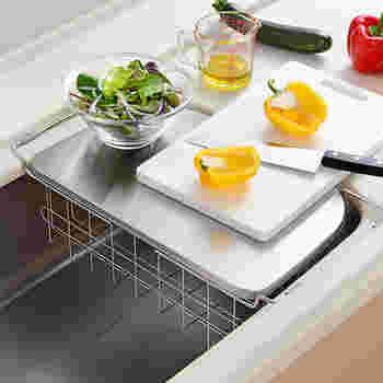 付属のトレーを上に乗せれば調理スペースにもなります。狭いキッチンにあると便利。
