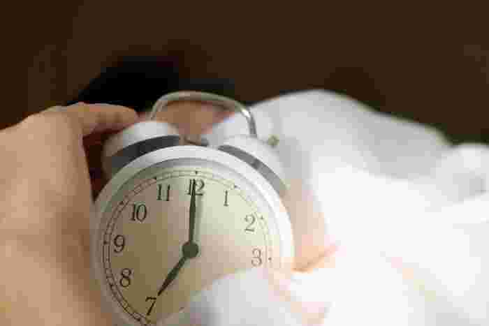 前途の通り朝日を浴びてのウォーキングは、セロトニンの分泌が高まるなど良い点もありますが、起床後すぐのウォーキングは心臓に負担をかけてしまったり、急激に血圧が上がってしまう可能性があるので注意が必要です。 起床後はすぐに歩き始めず、寝ている間に失った水分を補給したり、ゆっくりと着替えたり、軽く伸びをしたりと急な運動は控えるよう心がけましょう。1時間後、カラダが目覚めてきたらウォーミングアップ開始です。