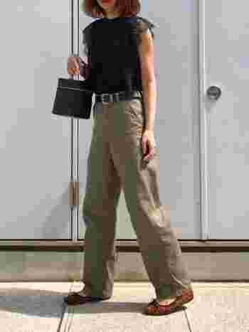 Tシャツを合わせてしまうとボーイッシュになってしまう夏のカーキパンツのコーデは、フェミニンなトップスをあわせて甘×辛ミックスに。黒トップスで引き締めつつ、レース素材などで女性らしさもプラス。デニムより上品になって大人のパンツスタイルになりますよ。