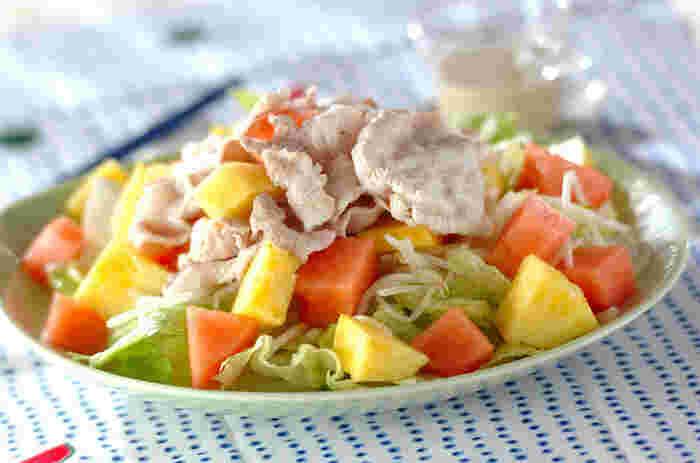 夏バテ予防にたくさん食べたい豚肉を、さっぱりしゃぶしゃぶ仕立てにした一品です。もやしやレタスなどの定番野菜のほか、フレッシュなスイカとパイナップルも加えて、トロピカル気分満点。  豚肉を茹でるときは、お湯に白ワインを加えて臭みを消すのがポイントです。