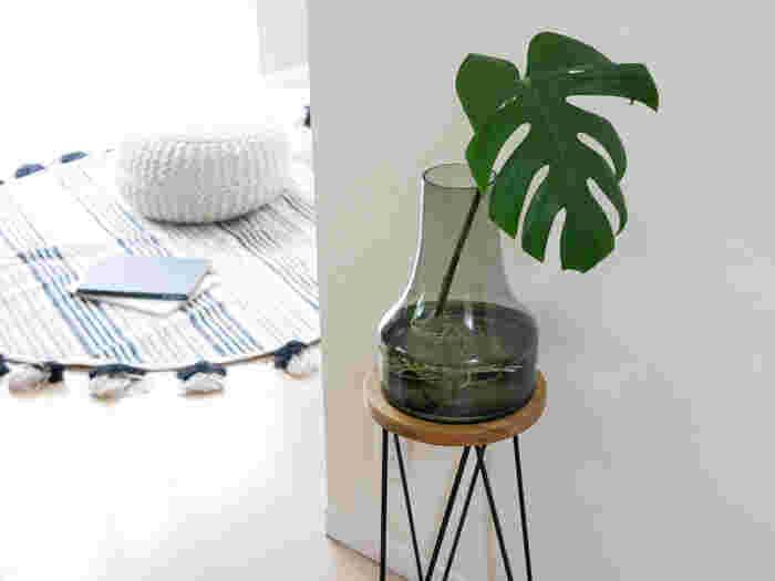 底が広くどっしりとしているので、水を入れると安定します。ボリュームのある枝ものでも安心して飾ることができますね。珍しいグレーのガラスで、置いておくだけでお部屋にちょっとしたスパイスを与えてくれます。