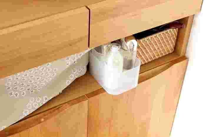 キャビネットの目隠しカーテンの向こうに置くと、すっきり隠せて、ボックスごとサッと移動できて使いやすいですね。