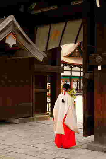 京文化や風情に触れるのなら、観光スポットを駆け巡るより、気になった場所へ赴き、周辺も含めてゆったりと過ごすのがお勧めです。  「下鴨神社」は古代からの森に抱かれた癒やしのスポット。自然を含めた偉大なる文化遺産です。京都を訪れる時は、ぜひ足を運んでみましょう。