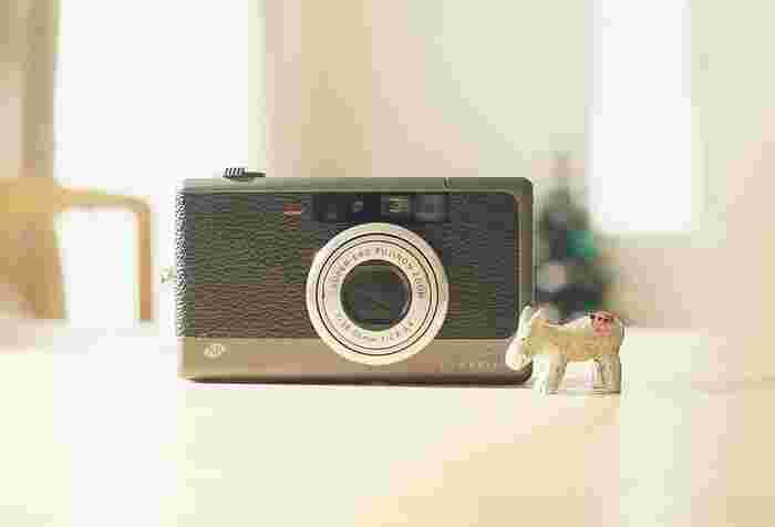 シンプルでスタイリッシュな見た目もオシャレ♡  スーパーEBCフジノン28mm~56mmレンズが搭載されており、ノンフラッシュでも綺麗で、ナチュラルな雰囲気の写真を撮る事ができます。