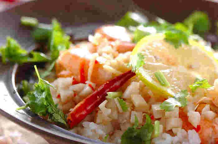 海老を使い、ナンプラーなどで味つけしたエスニック風味のスープかけご飯。レモンやパクチーの香りも爽やかで、いつもとはちょっと違った味わいが楽しめます。