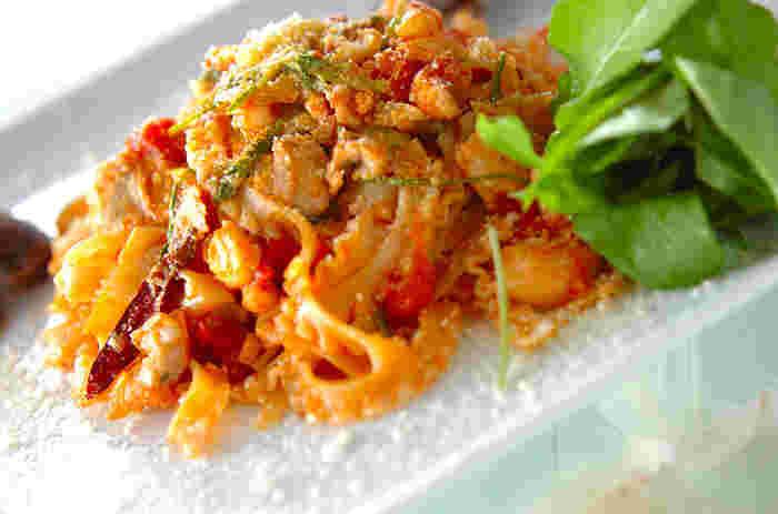 あっさりした鯛と酸味の効いたトマトソースのパスタです。ハマグリや鯛など魚介のうまみがたっぷりなうえに、昆布茶を使うことで昆布の味わいもプラス。いろんな素材の美味しさの相乗効果を楽しめますよ。