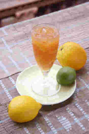 オレンジルイボスティー  やや濃いめの温かいルイボスティーとハチミツを混ぜ合わせます。 それを、冷蔵庫で冷やし、オレンジジュースとレモンの絞り汁を混ぜ、飲む前にジンジャーエールを加え、グラスにオレンジ&レモンのスライスを飾れば出来上がり!