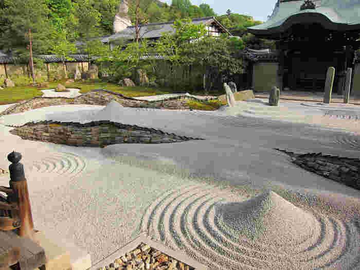 方丈前に広がる、枯山水庭園「波心庭(はしんてい)」。幻想的なライトアップ、枝垂れ桜で良く知られる庭園です。