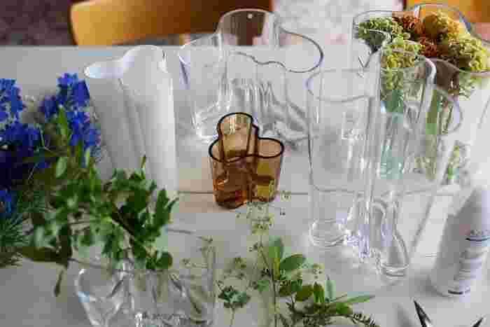 伝統あるフィンランドのイッタラ社を代表するフラワーべース、その名も「アアルトベース」。こちらは、世界で最もデザイン性に優れた有名な花瓶と言われています。