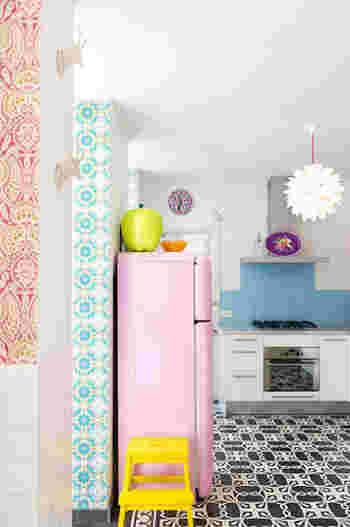 やさしいパステルカラーの冷蔵庫は、お部屋のアクセントにもなりますよね。 絵になる家電って素敵です。