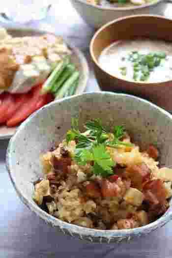 土鍋でつくる中華おこわ風の炊き込みご飯もイチオシ。もち米で作るので、モチモチとした食感に仕上がります。豆板醤を入れてあるので、ピリ辛でちょっぴり大人の味。焼き豚も入ってボリューム感もあるので男性にも喜ばれますよ。