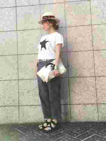 ユニセックスなデザインなのでボーイッシュなコーデにも合わせやすいです。クラッチバッグやカンカン帽で女性らしさも忘れずに。