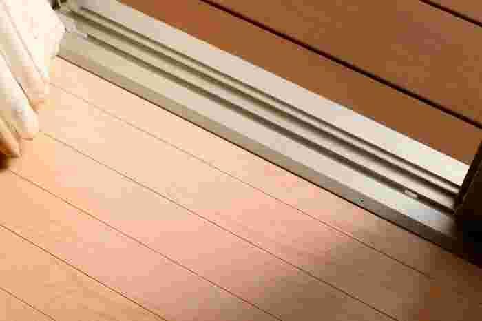 土汚れは濡らすとペースト状になってこびりつくのでとるのが難しくなります。まず乾いた状態で、サッシを乾いた歯ブラシや竹串などを使ってあらかたの汚れを落としておくのがポイントです。※まとめたホコリは掃除機で吸い取るのが便利!